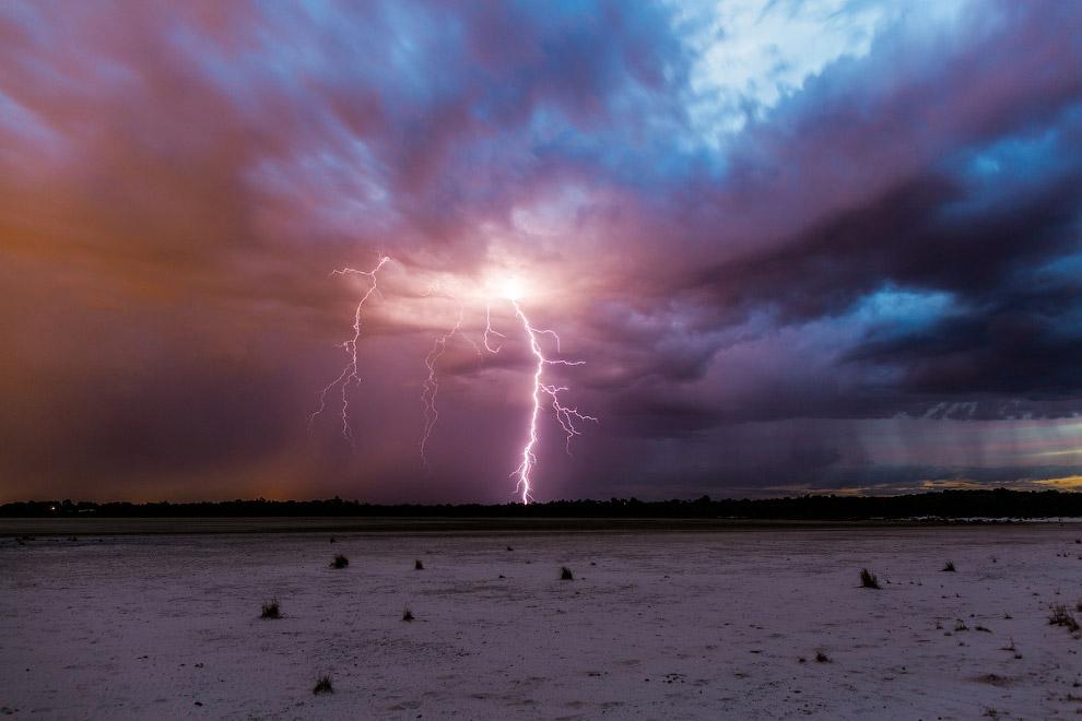 Разряд молнии является электрическим взрывом и в некоторых аспектах похож на детонацию взрывчат
