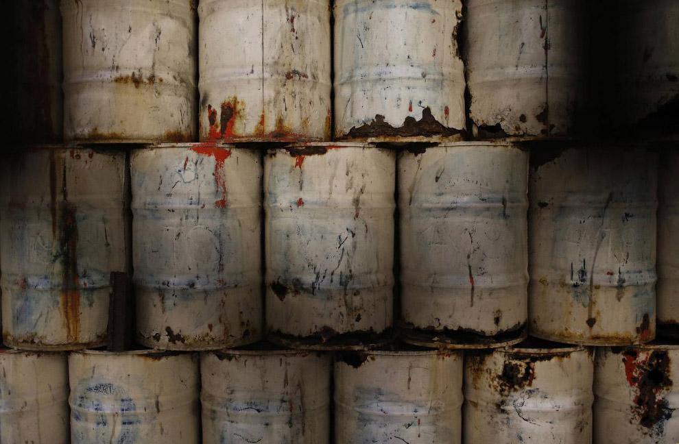23. Продажа нефтяных баррелей под хозяйственные нужны в Санто-Доминго, 6 февраля 2015. Стоит од