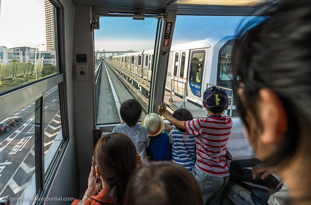 7. Отметил, что все рвутся в первый вагон и так восторгаются «чудо-поездом», словно они не токийцы —