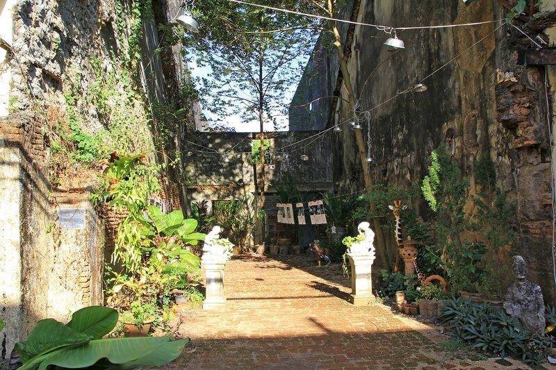 Мемориальный дворик с инсталляцией между домами в старом городе Такуа Па (Таиланд)