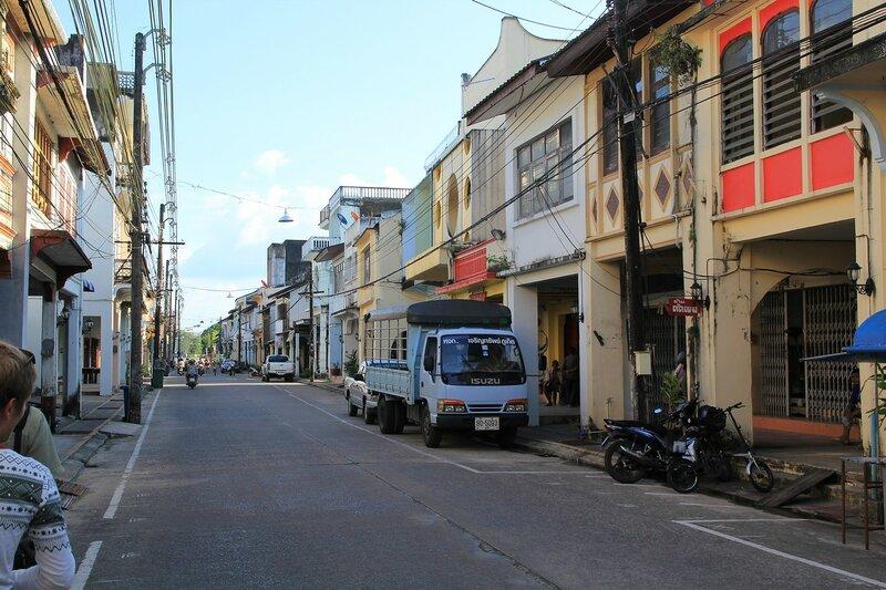 Транспорт и улицы с шопхаусами в старом городе Такуа Па, Таиланд