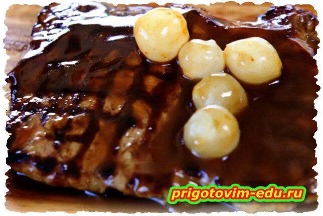 Говядина в шоколадном соусе с чесноком