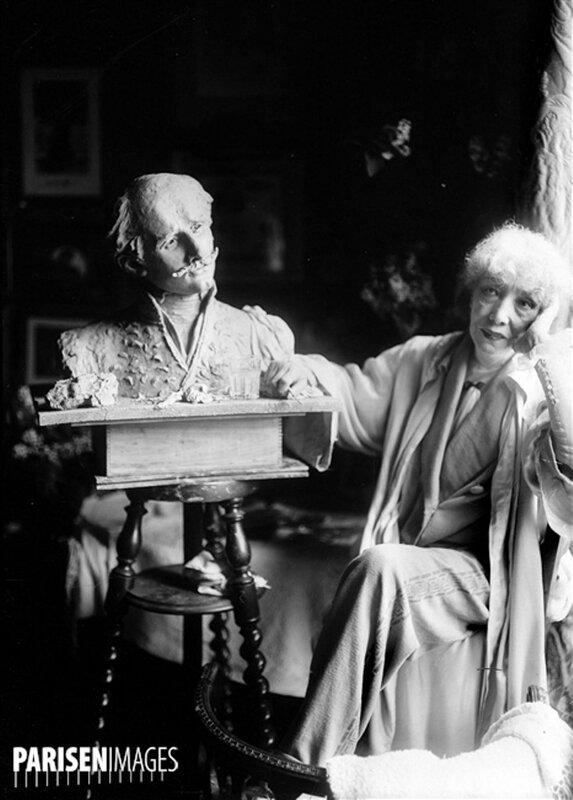 Sarah Bernhardt prиs du buste d'Edmond Rostand qu'elle sculpta, en 1922.