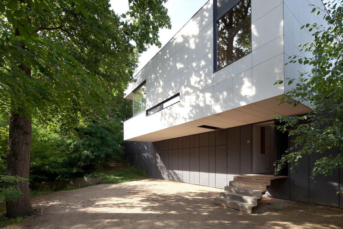 черно-белый фасад частного дома