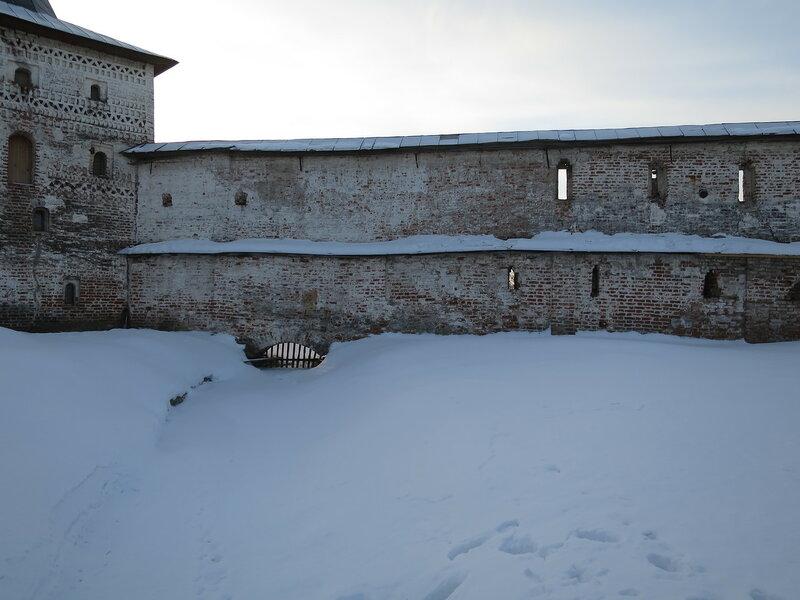 Кирилло-Белозерский монастырь. Стены Ивановского монастыря с внутренней стороны