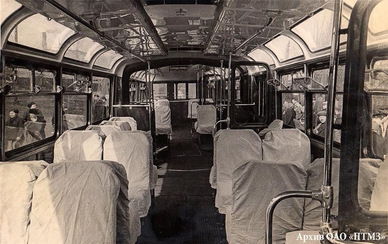 Салон троллейбуса СВАРЗ-ТС - первой модели сочлененного советского.jpg