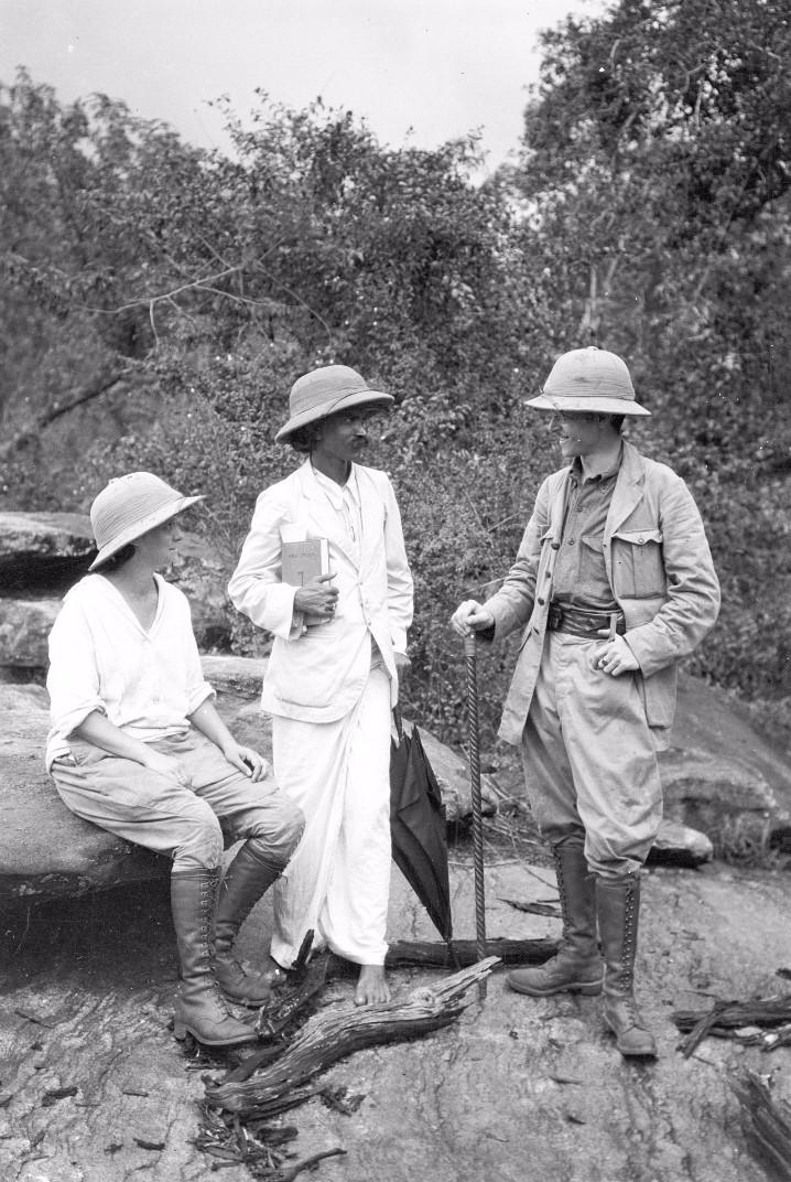 157. Эгон фон Эйкштедт с женой и местным должностным лицом, сопровождавший их в этой части путешествия