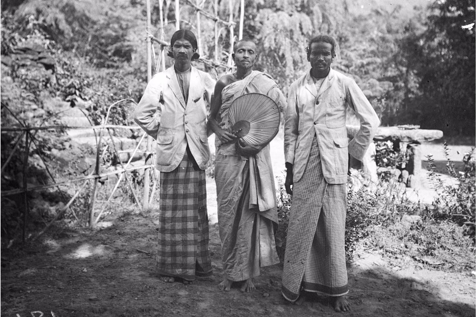176.  Чиновник (слева), священник буддистского храма «Дагоба» (в центре) и гамараль (справа)