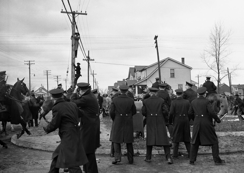 1942. 28 февраля. Во время расовых волнений, белые обитатели района закидывают камнями полицию и прибывших негров