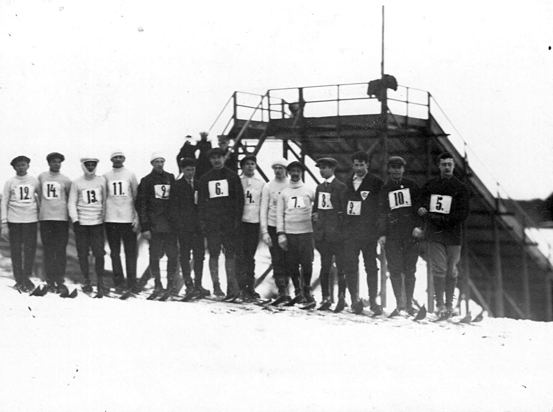 Группа участников состязаний по прыжкам с трамплина