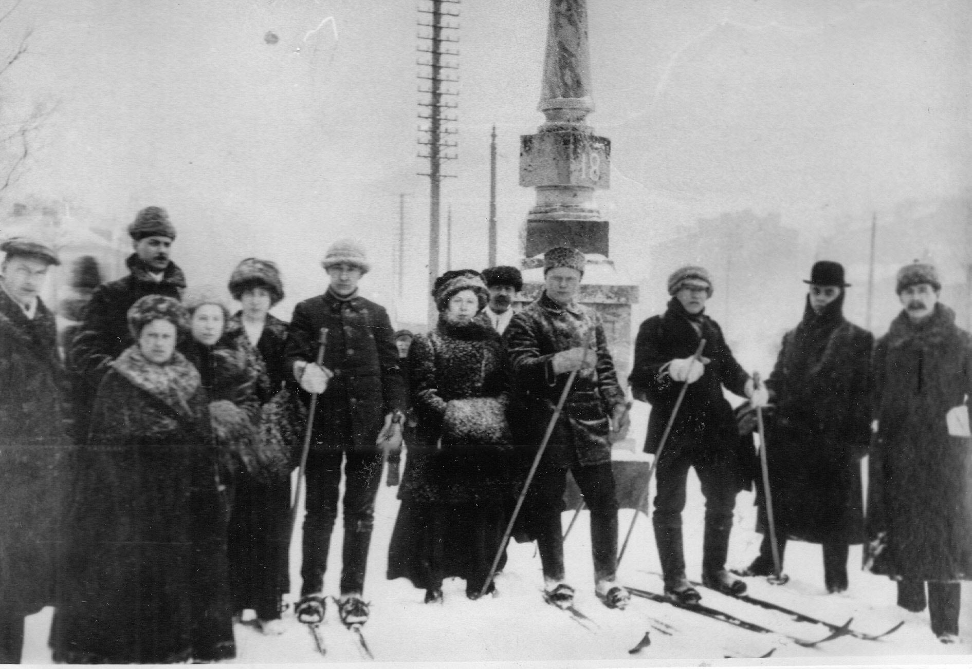 Участники похода-реванша москвичам; перед выходом с группой провожающих слева направо М.И.Мургин, С.Д.Кононов, П.К.Максимов