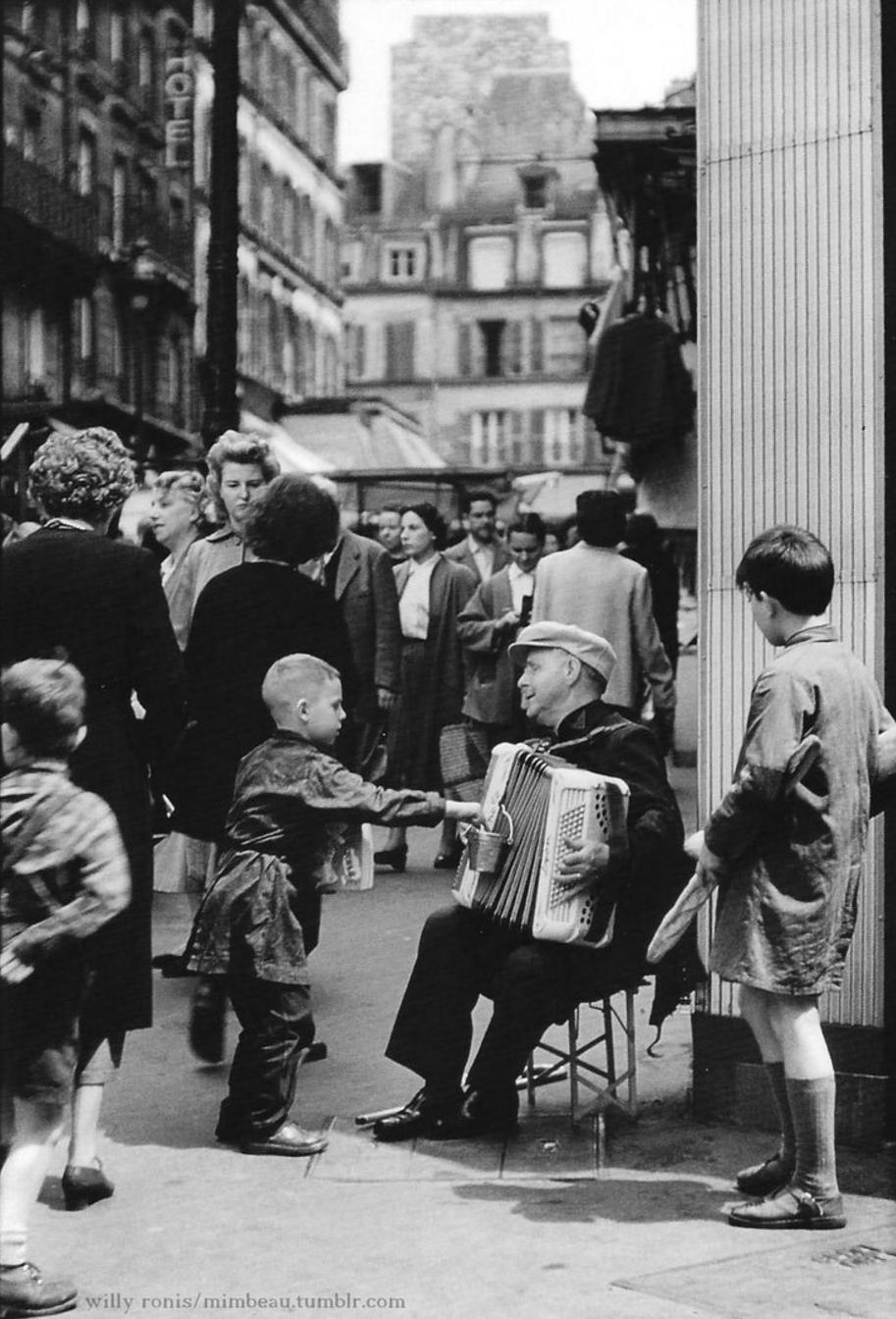 1955. Рю Лепик. Уличные музыканты