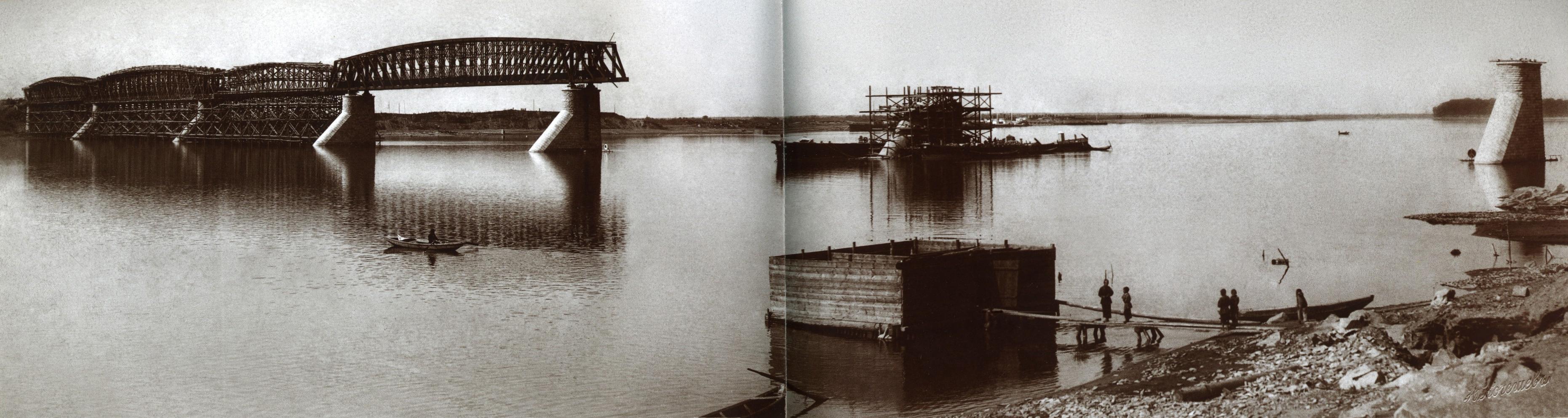 Александровский. Вид с правого берега на строительство железнодорожного моста. 1895