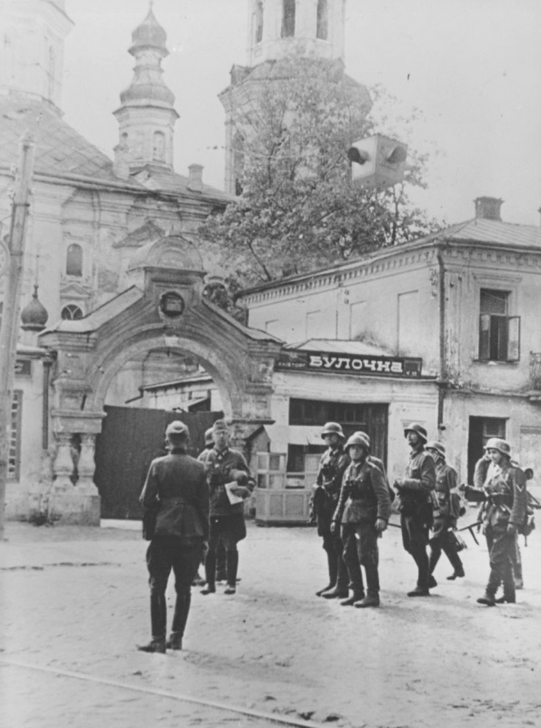 Немецкие солдаты на улице оккупированного Киева.