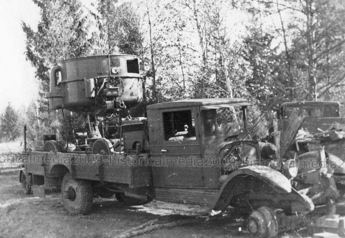 Брошенный грузовик ЗИС-5 с прожекторной установкой в кузове.