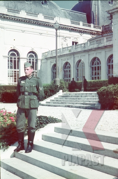 stock-photo-german-soldier-french-villa-captured-france-1940-9518.jpg