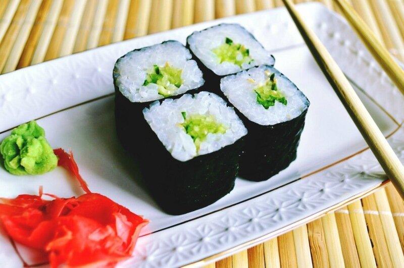 Роллы с огурцом и японскими водорослями