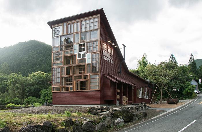 Бар в Японии, построенный полностью из мусора (6 фото)