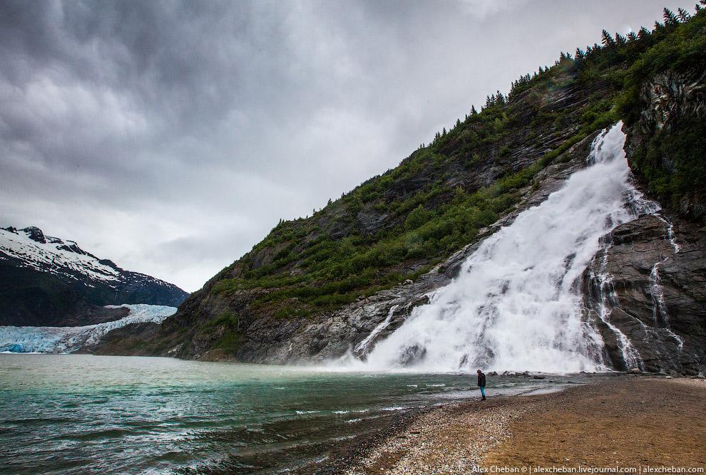 24. По леднику можно ходить. Видите слева на фото туристов?!