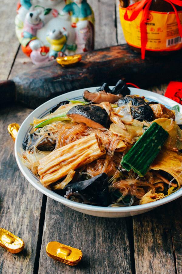 Это вегетарианское блюдо «Восторг Будды»обычно едят буддийские монахи. Каждый из ингредиентов симво