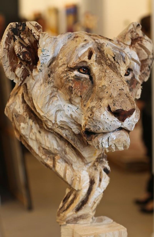 Этот скульптор создает работы спомощью бензопилы (17 фото)