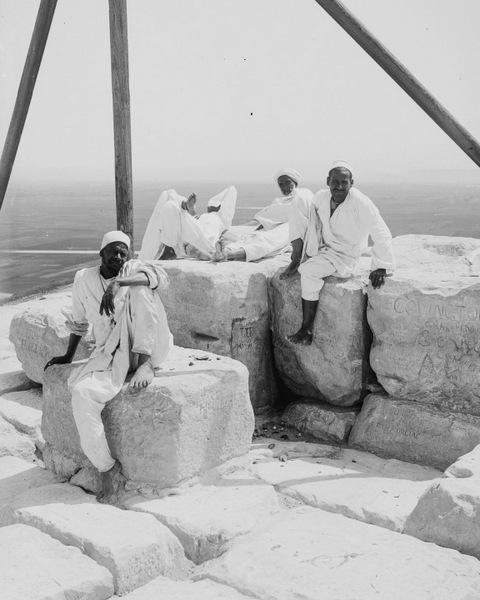 Около 1900 года. Отдых на вершине пирамиды Хеопса, исписанной ретрограффити.