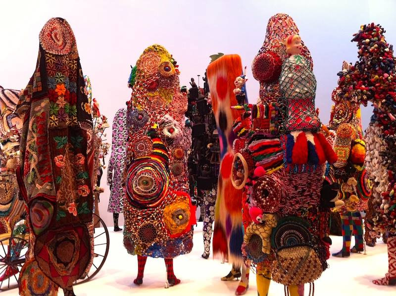 Многие творения Кейва напоминают ритуальные африканские костюмы и маски.