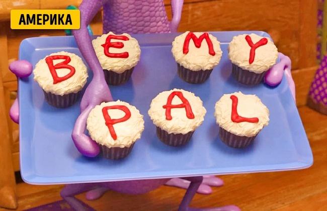 © Disney  Вамериканской версии мультфильма Рэндалл печет кексы иукрашает ихнадписью «Bemy