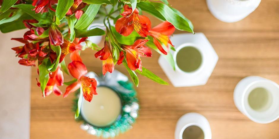 5. Освежитель воздуха Кофейную гущу можно добавить в вазу с цветами. Она органично впишется в общую