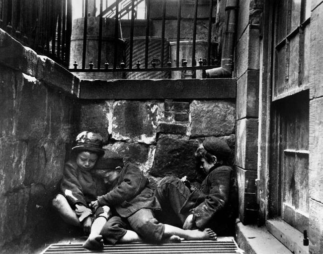 © wikimedia  Девочка продает мясо наодном изрынков Ньюкасла. Англия, 1877 год