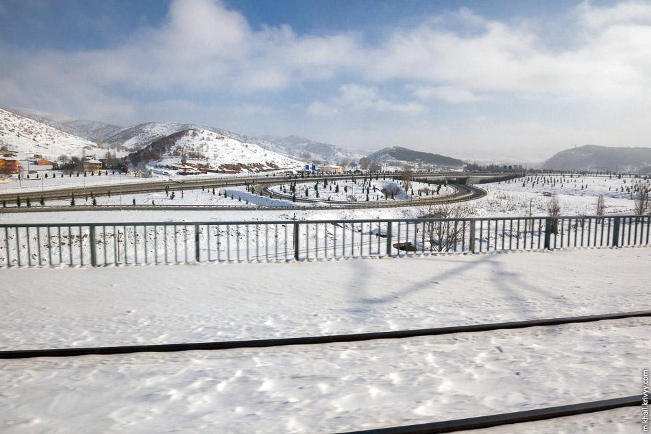 14. Высокоскоростная железная дорога пронзает горы как игла, на скорости 250 км/ч поезд вылетае