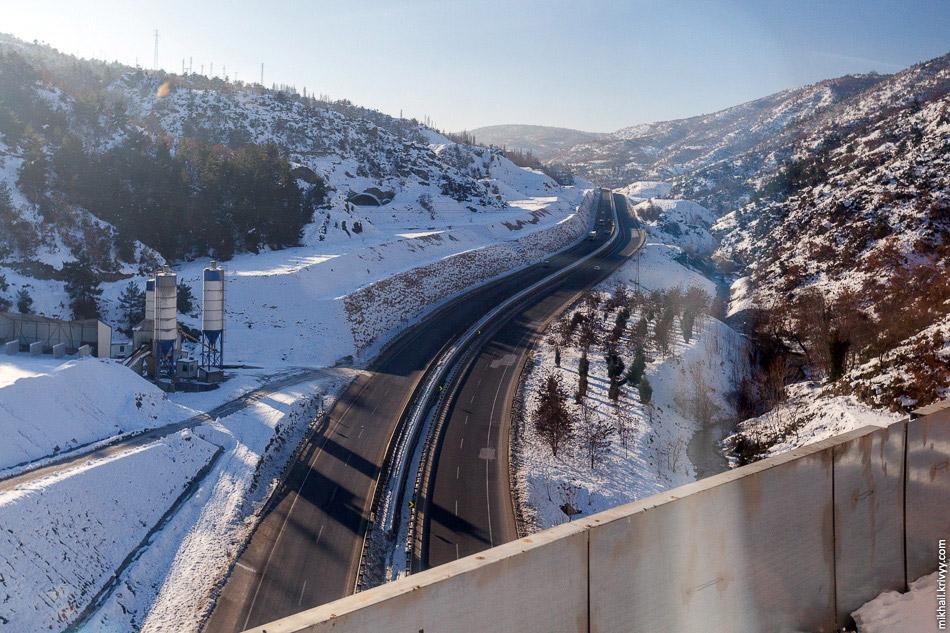 15. Обойдя недостроенный тоннель поезд снова возвращается на высокоскоростную железную дорогу.