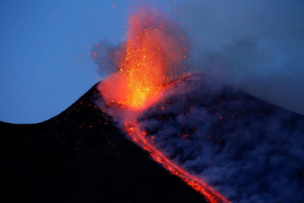 7. Самое крупное извержение вулкана Этна произошло 11 марта 1669 года. Оно продолжалось несколь