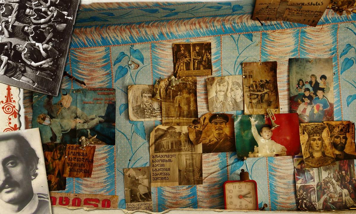 20. На окнах — портреты Челентано, над зеркалом — Сталин и вырезка «Тбилисское Динамо выигрывает куб