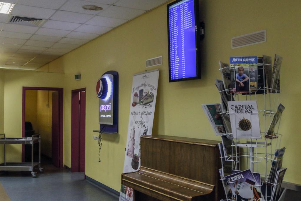 Отдельная услада в «Аэропите» — табло с рейсами и стойка для подзарядки гаджетов.