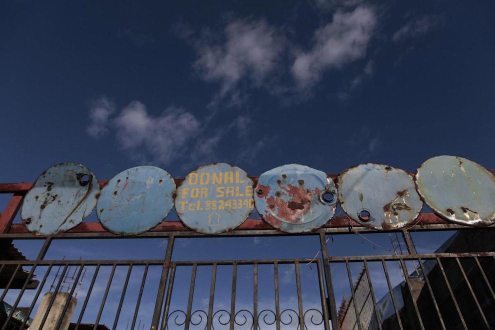 18. Баррель — незаменимая вещь на стройплощадке в Коломбо, 10 февраля 2015. (Фото Dinuka Liyana