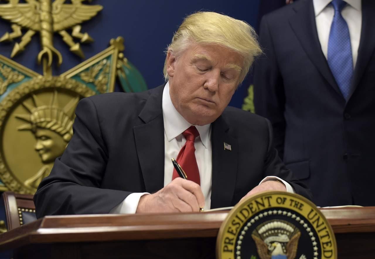Белый дом считает «несуществующей историей» домыслы обособых связях Трампа сРоссией