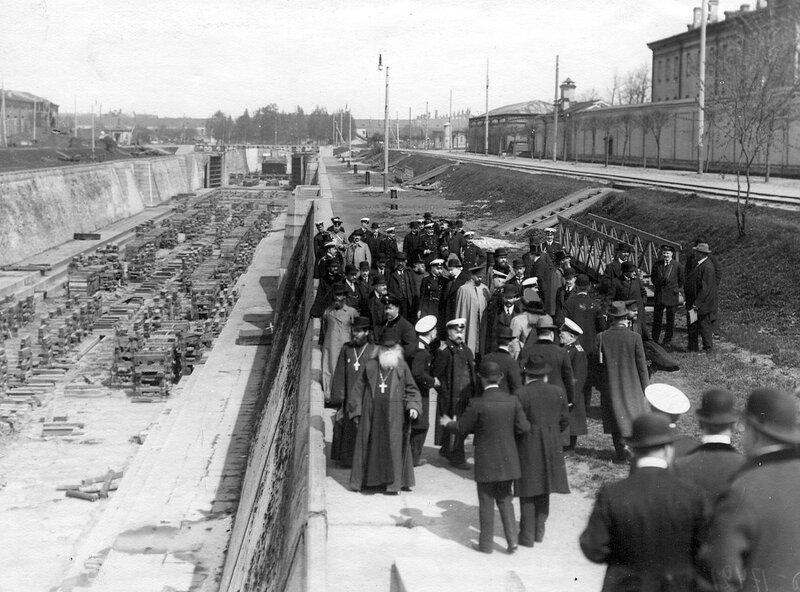 Группа депутатов Четвертой Государственной думы в доке Петра Великого. 5 мая 1913 г.