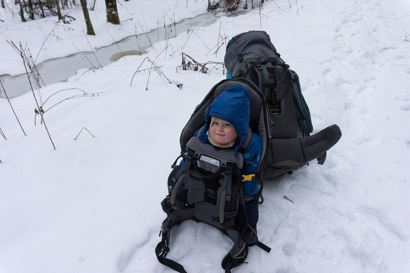 ребенок и рюкзак в пешем зимнем походе