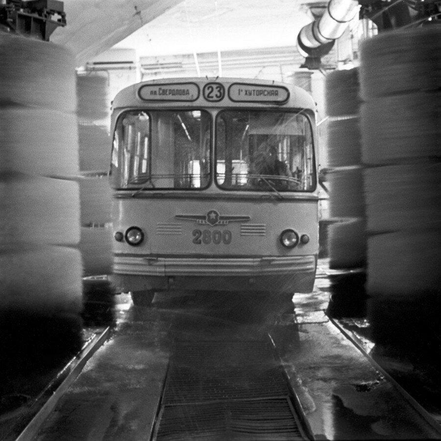 Даже троллейбусы принимают душ по утрам!