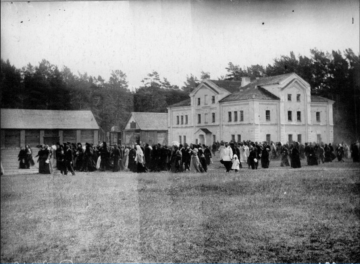 47. Толпы прихожан, пришедших на богомолье, во дворе монастыря