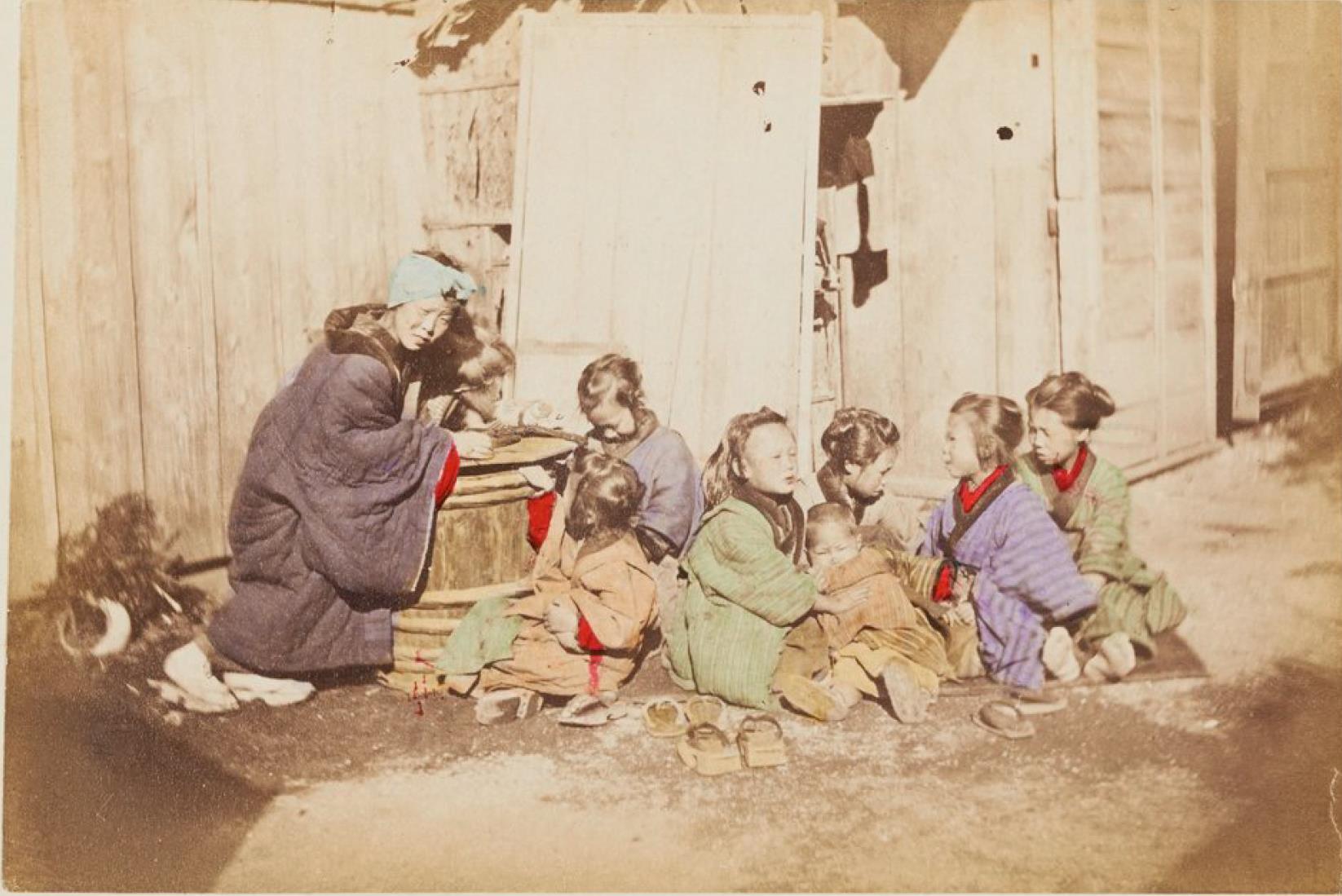 Молодая женщина и дети