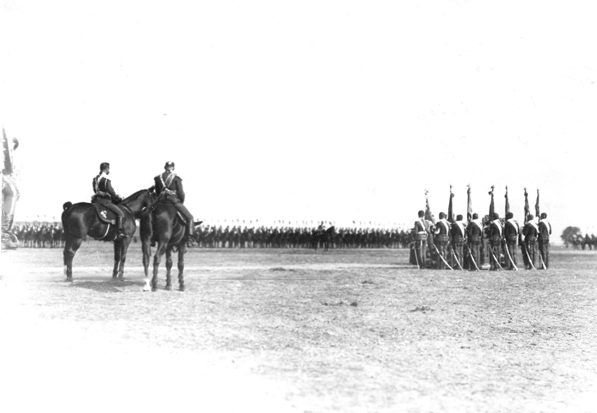Император Николай II в момент торжественного молебна по случаю празднования 250-летнего юбилея полка