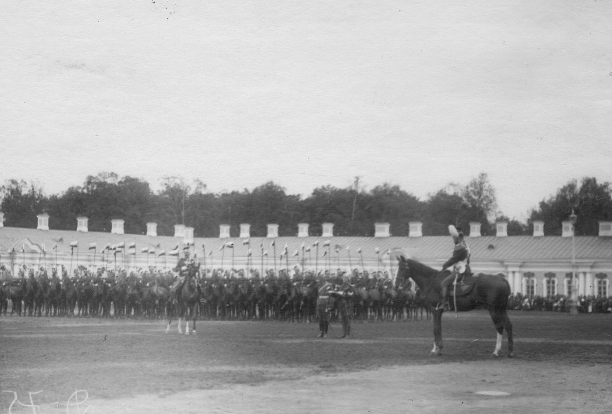 Император Николай II перед строем улан на плацу во время парада Уланского Её Величества лейб-гвардии полка