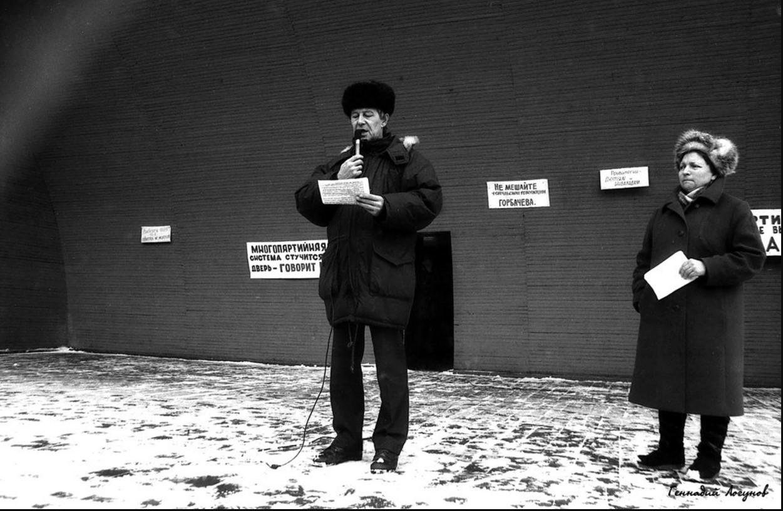 Нижний парк. Выступает Валерий Федорович Меньщиков - начальник лаборатории НЛМК. В 1990 г. избран народным депутатом РСФСР