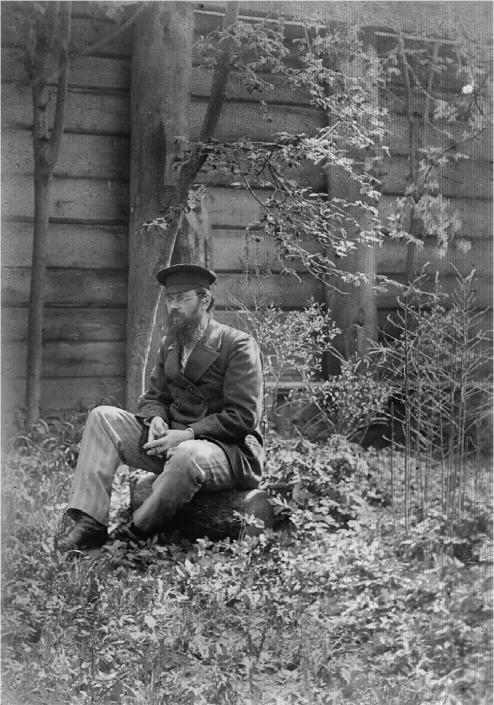 И. П. Мяздриков во дворе дома.1890-е