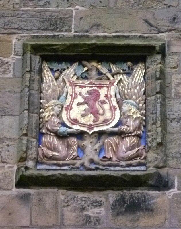 Central_armorial_tablet,_Falkland_Palace_Gatehouse.jpg