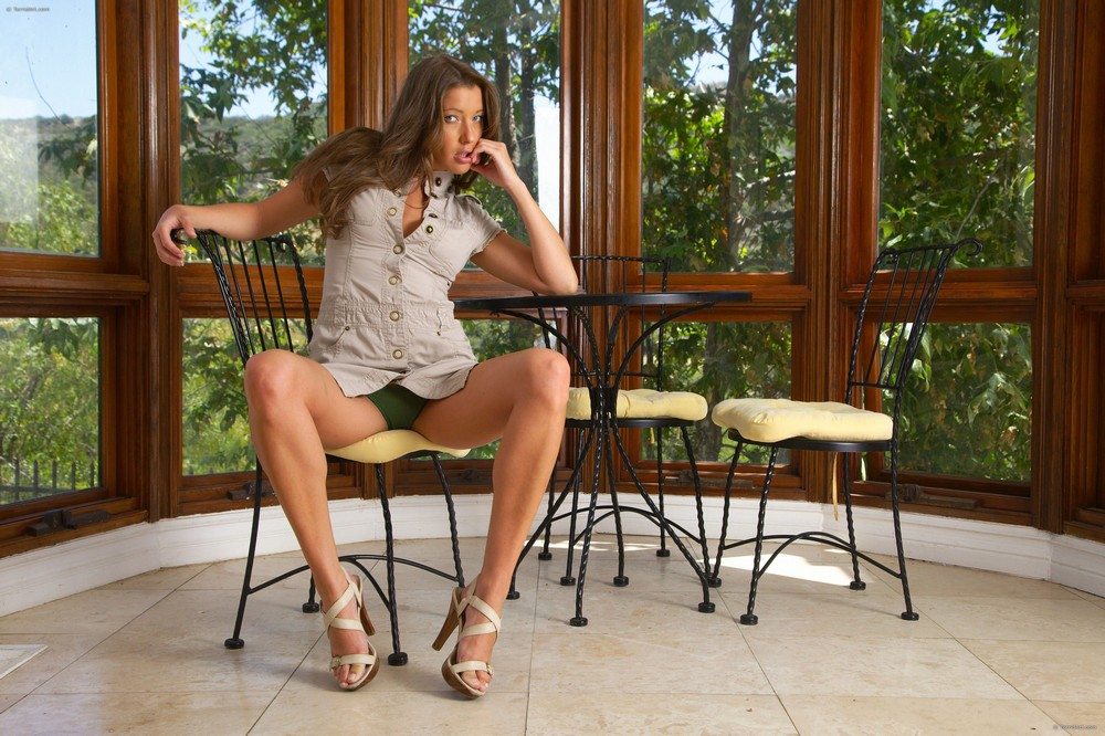 Elisa позирует на стуле