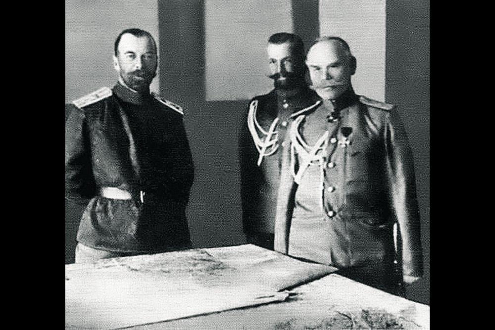 Верховный главнокомандующий император Николай II, генерал-майор М.С. Пустовойтенко и генерал от инфантерии М.В. Алексеев в Ставке (слева направо). Фото: РИА Новости