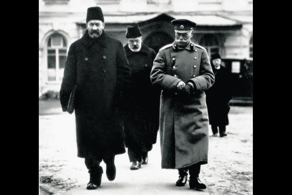 Министр-председатель Временного правительства князь Г.Е. Львов, военный министр А.И. Гучков и верховный главнокомандующий генерал от инфантерии М.В. Алексеев (слева направо). Март 1917 года.